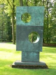"Skulptur ""Squares with two circles"" (1963/4) von Barbara Hepworth im Skulpturenpark des Kröller-Müller Museum (KMM), Otterlo, Niederlande."