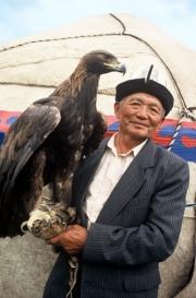 Ein Jäger mit seinem kirgisischen Steinadler