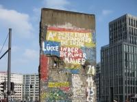 Ein Stück Berliner Mauer auf dem Potsdamer Platz in Berlin
