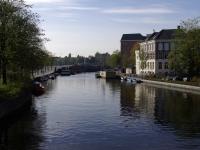 Blick von der Brücke 263 nach Südwesten auf die Singelgracht in Amsterdam, im Hintergrund die Torontobrug über die Amstel