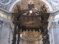Baldachin über dem Petrusgrab im Petersdom in Rom. Vor diesem lag der Papst nach seinem Tod, um vom Volk Abschied zu nehmen; von Gian Lorenzo Bernini.