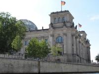 Berlin Reichstag Bundestag von der Spree aus gesehen
