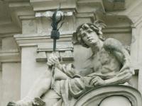 Bratislava Komenskeho namestie skulptura na budove1