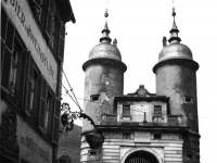 Bundesarchiv_B_145_Bild-F006054-0001,_Heidelberg,_Stadttor_an_der_Neckar