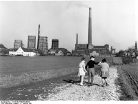 Bundesarchiv_B_145_Bild-F009709-0003,_Bochum,_Bergbau_Zeche_Mansfeld,_spielende_Kinder