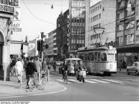 Bundesarchiv_B_145_Bild-F009814-0001,_Karlsruhe,_Innenstadt_mit_Straßenbahn