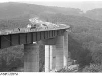 Bundesarchiv_B_145_Bild-F011326-0037A,_Autobahnbrücke_bei_Stuttgart