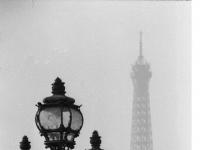 Paris: Straßenlampe, im Hintergrund der Eiffelturm (1968), aufgenommen am Pont Alexandre III.