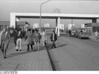 Bundesarchiv_B_145_Bild-F038808-0028,_Wolfsburg,_VW_Autowerk,_Werkseingang