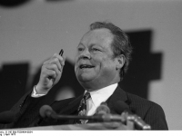 Bundesarchiv_B_145_Bild-F039404-0034,_Hannover,_SPD-Bundesparteitag,_Willy_Brandt