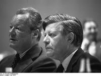 Bundesarchiv_B_145_Bild-F048636-0026,_Dortmund,_SPD-Parteitag,_Brandt,_Schmidt