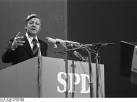 Bundesarchiv_B_145_Bild-F048638-0030,_Dortmund,_SPD-Parteitag,_Helmut_Schmidt