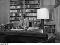 Bundesarchiv_B_145_Bild-F048807-0012,_Bonn,_Neubau_Kanzleramt,_Schmidt_im_Arbeitszimmer