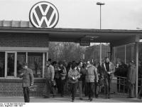 Bundesarchiv_B_145_Bild-F060158-0018,_Wolfsburg,_VW_Autowerk,_Werkstor