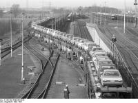 Bundesarchiv_B_145_Bild-F060160-0015,_Wolfsburg,_VW_Autowerk,_Eisenbahntransport