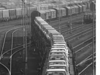 Bundesarchiv_B_145_Bild-F060160-0026,_Wolfsburg,_VW_Autowerk,_Eisenbahntransport