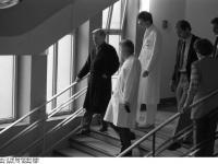 Bundesarchiv_B_145_Bild-F061601-0006,_Bundeswehrkrankenhaus_Koblenz,_Helmut_Schmidt