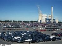 Bundesarchiv_B_145_Bild-F078946-0009,_Wolfsburg,_VW_Autowerk,_Parkplatz