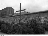 Bundesarchiv_B_145_Bild-F078995-0036,_Berlin,_Berliner_Mauer_in_Kreuzberg