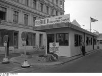 Bundesarchiv_B_145_Bild-F079005-0021,_Berlin,_Grenzübergang_Checkpoint_Charlie