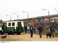 Bundesarchiv_B_145_Bild-F079010-0015,_Berlin,_Berliner_Mauer_im_Westen