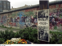Bundesarchiv_B_145_Bild-F079010-0034,_Berlin,_Berliner_Mauer_im_Westen