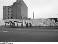 Bundesarchiv_B_145_Bild-F086690-0019,_Berlin,_bemalte_Reste_der_Berliner_Mauer