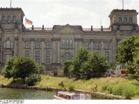 Bundesarchiv_B_145_Bild-F088836-0027,_Berlin,_Reichstag,_Ansicht_vom_Spreebogen