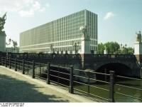Bundesarchiv_B_145_Bild-F088837-0015,_Berlin,_Schloßbrücke
