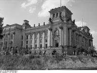 Bundesarchiv_B_145_Bild-F088844-0012,_Berlin,_Reichstag,_Ansicht_von_der_Spree