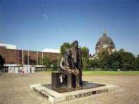 Bundesarchiv_B_145_Bild-F088849-0006,_Berlin,_Marx-Engels-Denkmal,_Palast_der_Republik