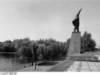 Bundesarchiv_B_145_Bild-F089031-0013,_Merseburg,_Lenin-Denkmal
