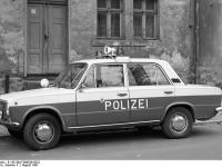 Bundesarchiv_B_145_Bild-F089036-0032,_Köthen,_Polizei-PKW_Lada