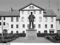 Bundesarchiv_B_145_Bild-F089042-0001,_Eisleben,_Lenin-Denkmal