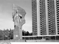 Bundesarchiv_B_145_Bild-F089664-0023,_Berlin,_Lenin-Denkmal_auf_dem_Leninplatz