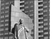 Bundesarchiv_B_145_Bild-F089665-0015,_Berlin,_Lenin-Denkmal_auf_dem_Leninplatz
