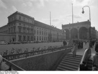 Bundesarchiv_B_145_Bild-F089850-0004,_München,_Odeonplatz