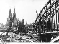 Bundesarchiv_B_145_Bild-P008041,_Köln,_Hohenzollernbrücke_nach_Bombenangriff