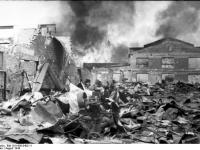 Bundesarchiv_Bild_101I-695-0403-11,_Warschauer_Aufstand,_brennendes_Fabrikgebäude