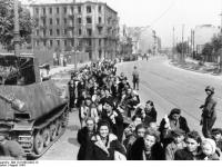 Bundesarchiv_Bild_101I-695-0423-13,_Warschauer_Aufstand,_flüchtende_Zivilisten