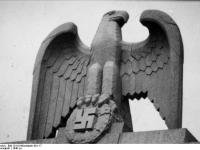 Bundesarchiv_Bild_101III-Wisniewski-001-17,_Berlin,_Kaserne_der_LSSAH,_Adler_auf_der_Kaserne