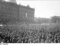 Bundesarchiv_Bild_102-00605,_Berlin,_Verfassungsfeier_im_Lustgarten