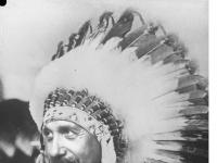Bundesarchiv_Bild_102-11307,_Albert_Einstein_als_Indianer_(Fotomontage)