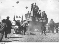 Bundesarchiv_Bild_102-11492,_Moskau,_Roter_Platz,_Propaganda-Auto