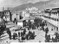 Bundesarchiv_Bild_135-KA-06-085,_Tibetexpedition,_Marktplatz_in_Lhasa