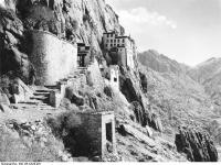 Bundesarchiv_Bild_135-KA-09-025,_Tibetexpedition,_Felsenkloster