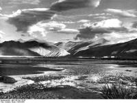 Bundesarchiv_Bild_135-S-01-15-29,_Tibetexpedition,_Landschaftsaufnahme,_See