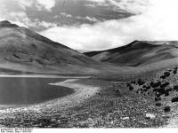 Bundesarchiv_Bild_135-S-02-05-01,_Tibetexpedition,_Landschaftsaufnahme,_See
