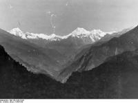 Bundesarchiv_Bild_135-S-05-15-02,_Tibetexpedition,_Landschaftsaufnahme,_Berge