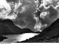 Bundesarchiv_Bild_135-S-05-19-35,_Tibetexpedition,_Landschaftsaufnahme,_See